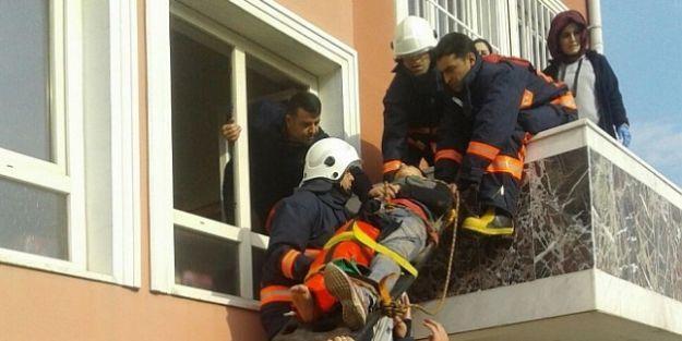 Öğrenci  kapısız balkona düştü, kurtarılması 20 dakika sürdü
