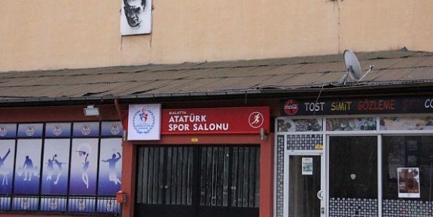 CHP'den 'Kanalboyu Kapalı Spor Salonu' Afişlerine Tepki