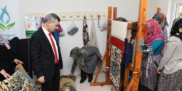 Başkan Çınar, halı dokuma kursunu ziyaret etti