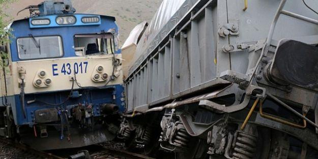 Hekimhan'da Yük Treni İstasyondaki Trene Çarptı