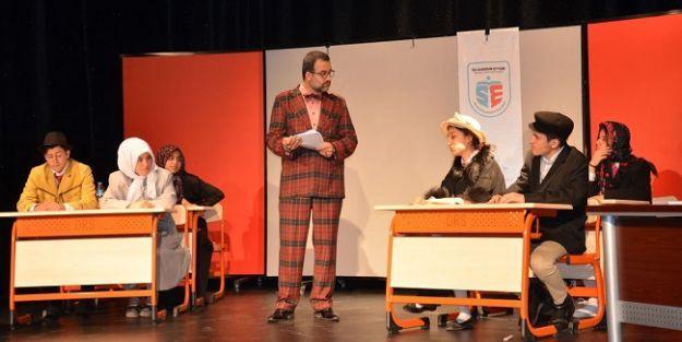 Liseliler tiyatro sahneledi