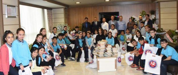Öğrenciler kitapları teslim etti