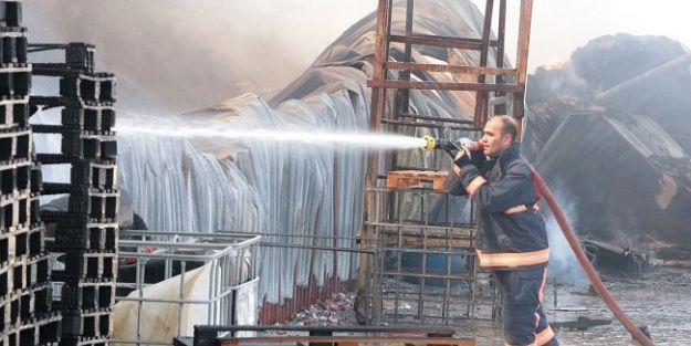 Dondurma fabrikasının ambalaj deposunda çıkan yangın korkuttu