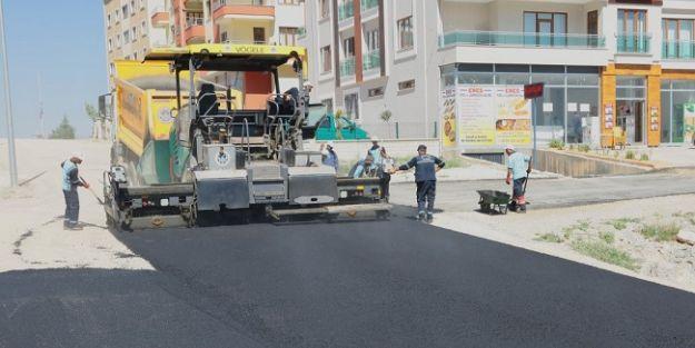 Yeni açılan yollar asfaltlanıyor