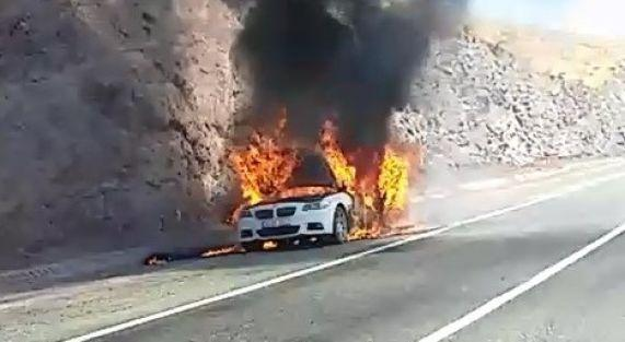 Otomobil alev topuna döndü, 5 kişi son anda kurtuldu