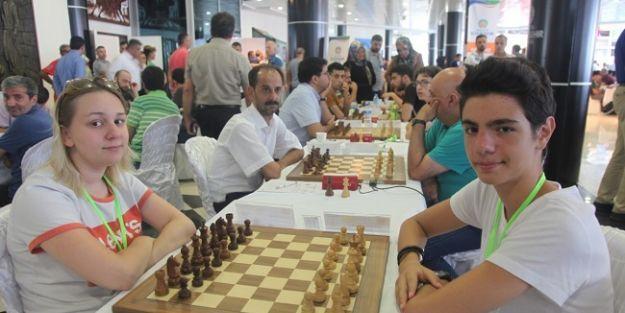 Takım arkadaşları turnuvada rakip oldu