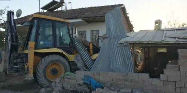 İş Makinesi Bahçeye Daldı: 1 Ölü 3 Yaralı