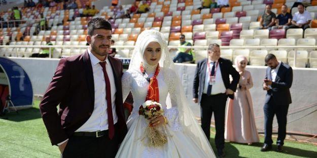 Önce düğün fotoğraflarını çektirdiler, sonra maçı izlediler