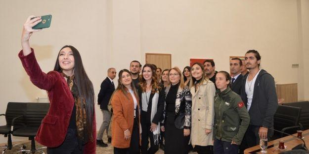 Sanatçı Tuzcuoğlu, Malatya Turgut Özal Üniversitesi öğrencileri ile buluştu