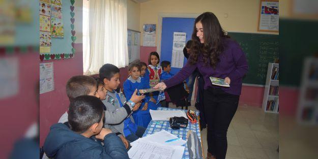 İlkokul öğrencilerine kitap hediye edildi