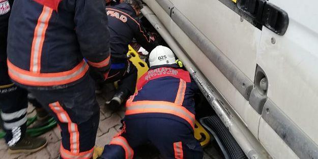 Minibüsün altında kalan kadın, hummalı bir çalışmayla kurtarıldı