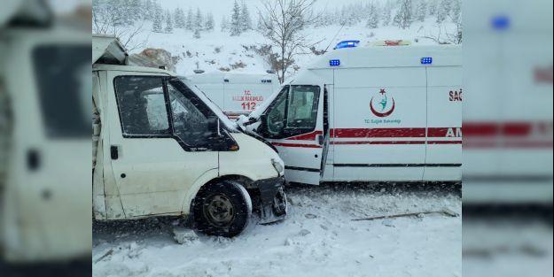 İçerisinde hasta bulunan ambulans kaza yaptı, 3 yaralı