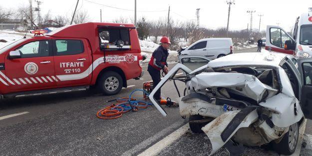 Kazada, araca sıkışan yaralıları itfaiye kurtardı