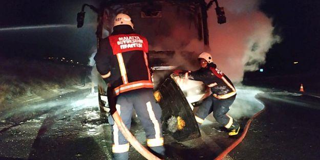 Seyir halindeyken yanan midibüse itfaiye ekipleri müdahale etti