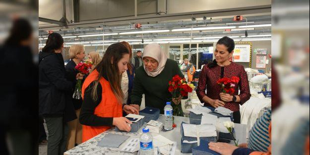 Vali Baruş ve eşi çalışan kadınları fabrikada ziyaret etti