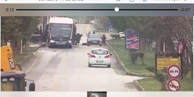 Otomobilin öğrenciye çarpması güvenlik  kamerasında