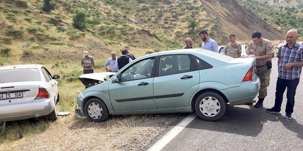 İki Otomobil Çarpıştı, 8 Yaralı..