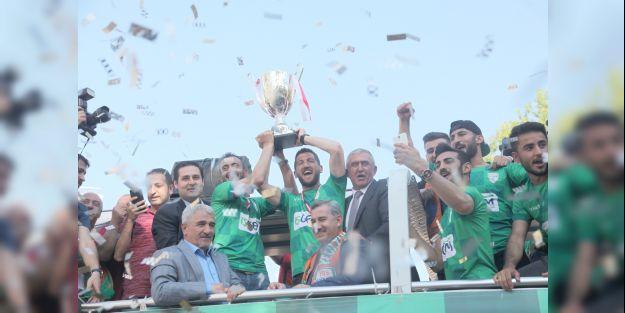 Yeşilyurt Belediyespor kupasını aldı