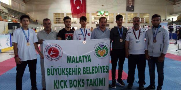 Büyükşehir, kick boksta madalyaları topladı