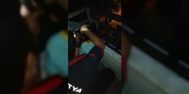 Kafası demir parmaklıklara sıkışan çocuk kurtarıldı