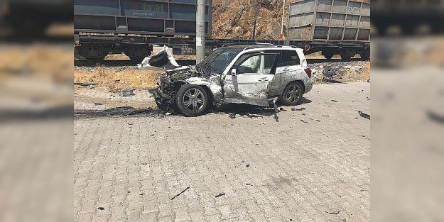 Tren otomobile çarptı 5 yaralı