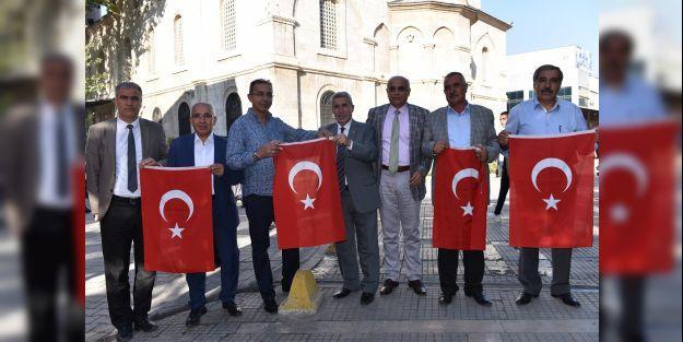 Battalgazi Belediyesi Türk Bayrağı dağıttı