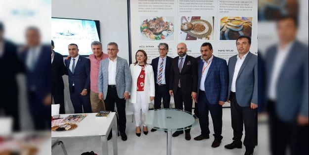 Gazeteci Kozluklunun imza gününe büyük ilgi