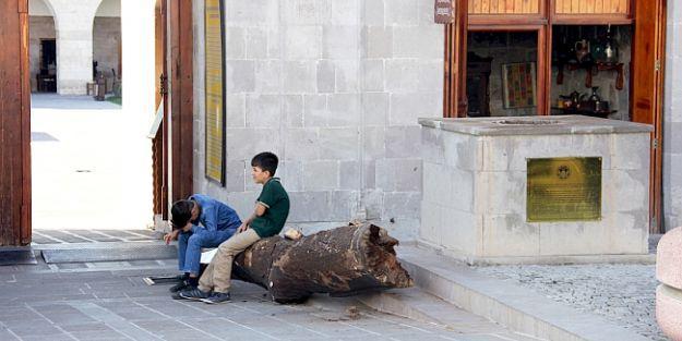 Kervansaray'ın ağaç heykeli çürüdü, yıkıldı!
