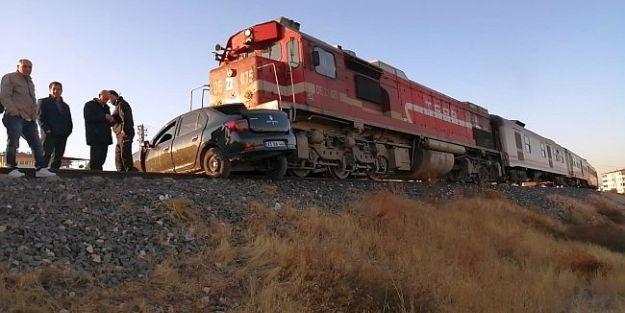 Malatyadan Giden Tren Otomobile Çarptı…2 Ölü