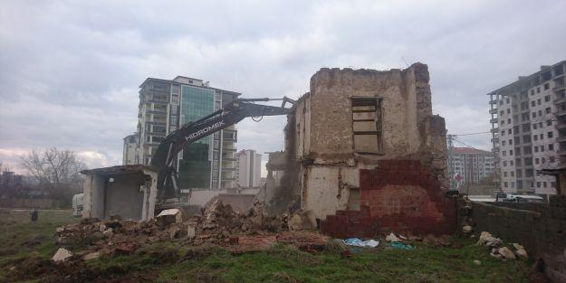 3 metruk ev daha yıkıldı