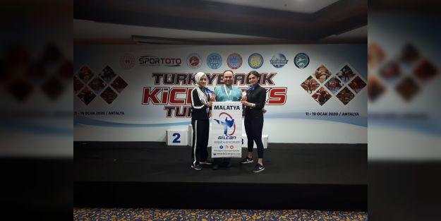 Begonya ve Özge, Kick Boks Şampiyonası'ndan dereceyle döndü