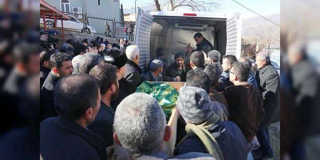 Depremde hayatını kaybeden anne ve oğlu defnedildi
