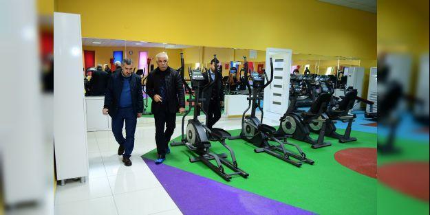 Yeşilyurt Belediye Başkanı Mehmet Çınar, Yakınca Yaşam ve Spor Merkezini ziyaret etti.