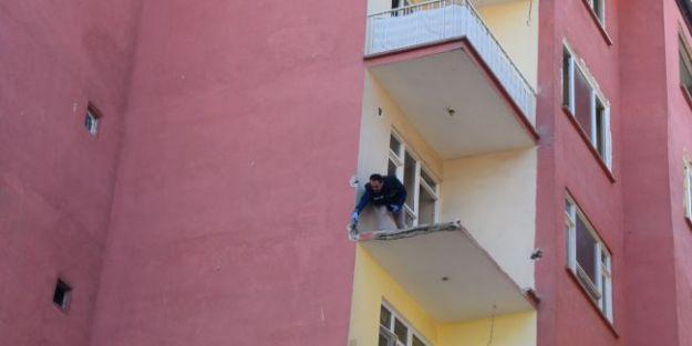 Hasarlı Apartmanın 4. Katından Düşen Hurdacı Öldü