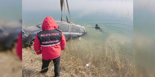 Otomobil Göle Düştü, 2 Kişi Son Anda Kurtarıldı