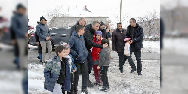 Validen depremden etkilenen kırsal mahallelere ziyaret