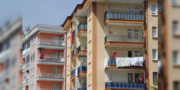 19 Mayıs'ta evlerin balkonları Türk Bayraklarıyla süslendi