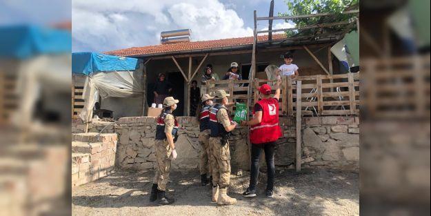 Jandarma ve Kızılay'dan ihtiyaç sahiplerine bayram yardımı