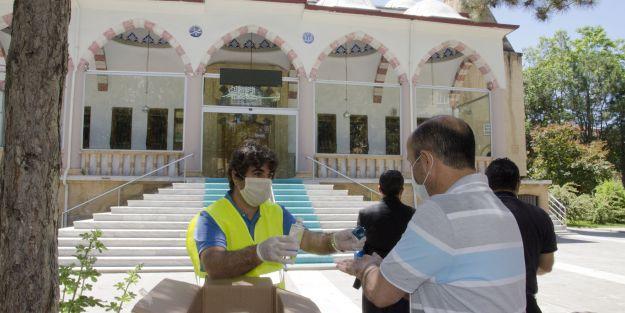 Namaza gelen vatandaşlara maske dağıtıldı