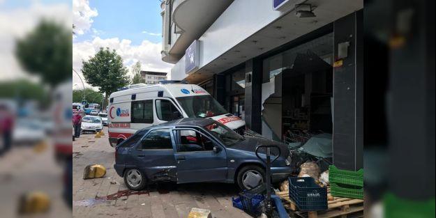 Ambulans ile otomobil çarpıştı, araçlar markete girdi