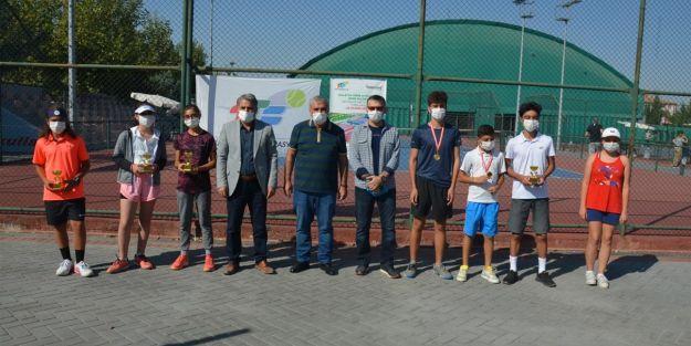 Büyükler Hafta Sonu Tenis Turnuvası Yapıldı