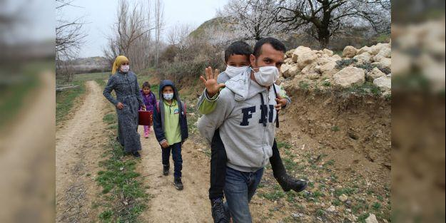 Fedakar baba, 10 yaşındaki engelli oğlunu okula sırtında taşıyor