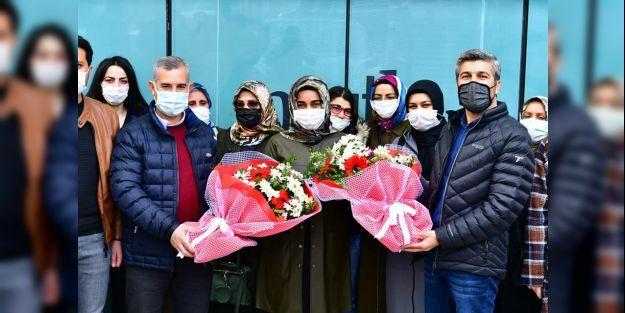 Kadınlara çiçek, dezenfektan, kolonya ve maske hediye edildi