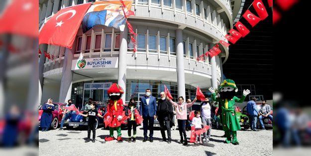23 Nisan Bayramı Malatya'da Şehir Turuyla Kutlandı