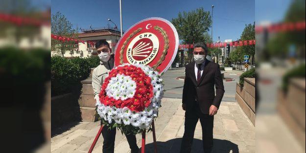 CHP İl Başkanı Anıta Tek Başına Çelenk Koydu