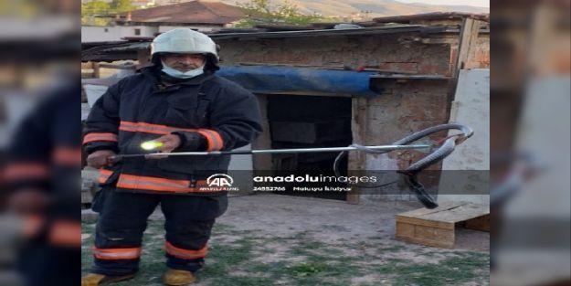 Malatya'da kümese giren yılanı itfaiye ekipleri çıkardı