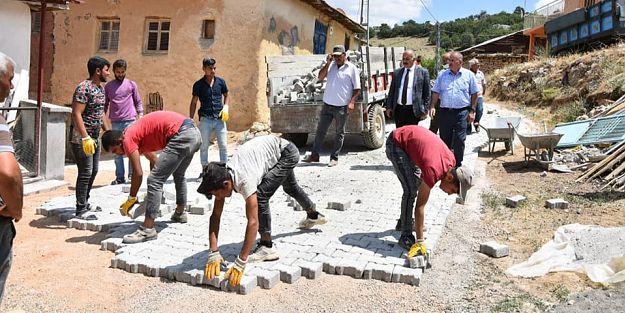 Doğanşehir'de kilit taşları döşeniyor