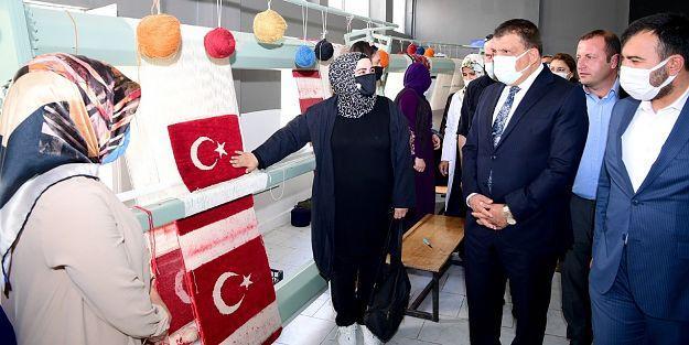 Kursiyerler Gürkan'a el dokuması Türk Bayrağı hediye etti