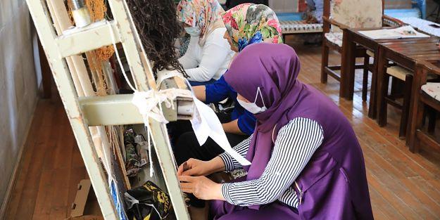 Battalgazili kadınlarMalatyamotifli halılar dokuyor