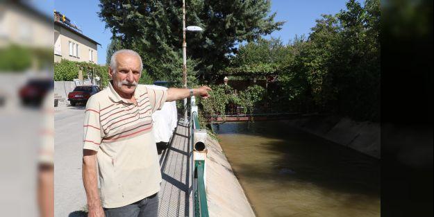 Evine 43 yıldır kendi yaptığı köprüden ulaşıyor